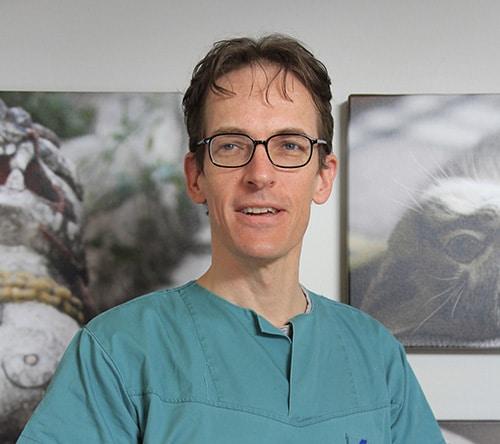 Gamlebyen Dyreklinikk Veterinær - Laurence Barton-dyreklinikk oslo-dyrlege oslo-veterinær oslo-veterinærklinikk oslo-tannrens hund oslo-rotfylling hund oslo-syk papegøye-syk undulat-papegøye veterinær-papegøye dyrlege-undulat dyrlege-tannbehandling hund oslo-kirurgi hund-kirurgi katt-kirurgi kanin-kirurgi fugl-kirurgi dyr